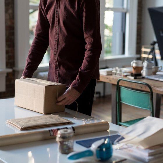 Avec 505 millions de colis expédiés en France et environ 121 millions retournés, la gestion des retours est devenue incontournable en e-commerce. Un véritable défi pour le secteur retail, confronté à des clients pour qui les retours font désormais partie intégrante de l'acte d'achat.